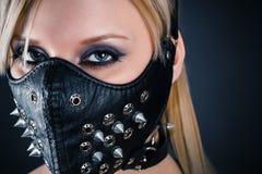 Kvinnaslav i en maskering med grova spikar Royaltyfri Fotografi