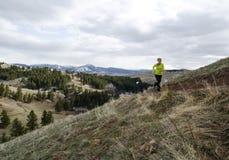 Kvinnaslingaspring i berg Arkivfoton