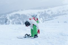 Kvinnasnowboard Snowboarder vintersnösnowboard royaltyfri fotografi