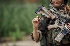 Kvinnasoldaten skriver markören Royaltyfri Foto