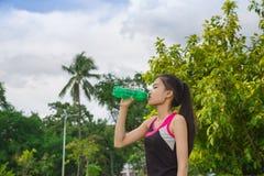 Kvinnasportdricksvatten Royaltyfria Bilder