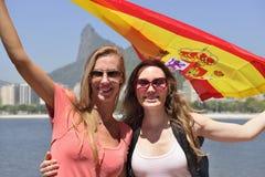 Kvinnasportfans som rymmer den spanska flaggan i Rio de Janeiro .ound. Royaltyfri Foto