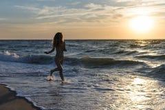 Kvinnaspring förbi havet royaltyfria bilder
