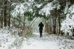 Kvinnaspring i snön Arkivfoton