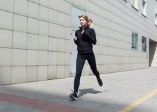 Kvinnaspring i staden arkivfoton