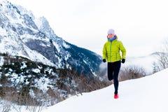 Kvinnaspring i vinter, konditioninspiration och motivation royaltyfria foton