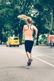 Kvinnaspring på den New York City Central Park på morgonen arkivbilder
