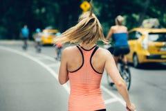 Kvinnaspring på den New York City Central Park på morgonen royaltyfria foton