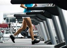 Kvinnaspring på en treadmill Royaltyfria Foton