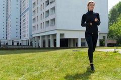Kvinnaspring på gräset arkivfoton
