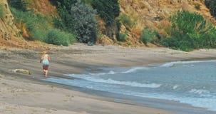 Kvinnaspring på stranden lager videofilmer