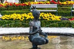 Kvinnaspringbrunn i Mirabell trädgårdar Royaltyfri Fotografi