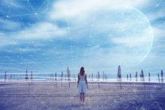 Kvinnaställningar på stranden med abstrakt cyberspace knyter kontakt backgroun royaltyfria foton