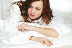 Kvinnastående Arkivfoton