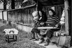 Kvinnastående i Maramures, Rumänien Royaltyfria Bilder