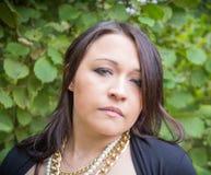 Kvinnastående i natur Arkivfoton