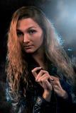 Kvinnastående i strålkastaren Royaltyfria Bilder