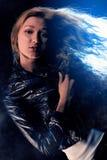 Kvinnastående i strålkastaren Arkivfoton