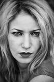 Kvinnastående i svart & vit Royaltyfri Foto