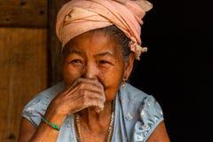 Kvinnastående Laos för etnisk minoritet royaltyfria foton