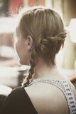 Kvinnastående med den moderna flätad tråden för stil i hår Royaltyfri Fotografi