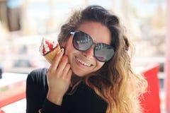 Kvinnastående med glasskotten Fotografering för Bildbyråer