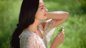 Kvinnastående med lösa blommor stock video