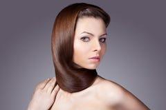 Kvinnastående med sjalen från hår Arkivfoton