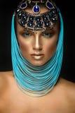 Kvinnastående med smycken i egyptisk stil Royaltyfria Bilder