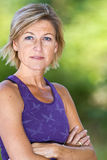 Kvinnastående som gör sporten Royaltyfri Fotografi