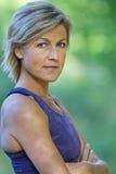 Kvinnastående som gör sporten Fotografering för Bildbyråer