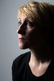 Kvinnastående utan makeup arkivfoto