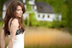 Kvinnastående utomhus Arkivbild