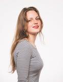 Kvinnaståenden i band klär studion på vit royaltyfri fotografi