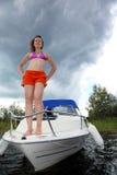 kvinnastand på bow av skäraren Arkivfoton