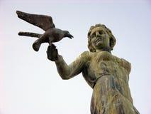 Kvinnastaty med seagullen i Opatija i Kroatien arkivbild