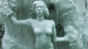 Kvinnastaty under vattenfallspringbrunnen lager videofilmer