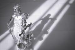 Kvinnastatysymbol av rättvisa Themis Arkivbild