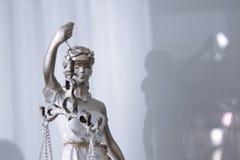 Kvinnastatysymbol av rättvisa Themis Royaltyfri Foto