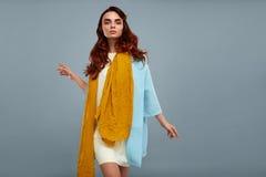 Kvinnastil Härlig Girl In Fashionable för modemodell kläder Royaltyfri Foto