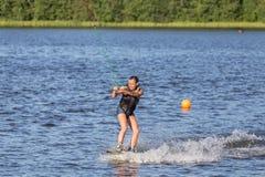 Kvinnastudie som wakeboarding Royaltyfri Bild
