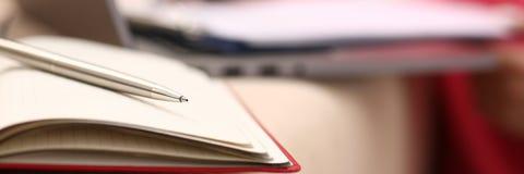 Kvinnastudien skriver hårt ner information till anteckningsboken royaltyfri bild