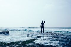 Kvinnasurfare med surfingbrädan royaltyfri fotografi