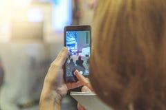 Kvinnatagande på mobiltelefonaffärsmötet Arkivbild