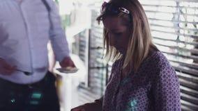 Kvinnatagandemat på plattan från tabellen i restaurang mottagande Beröm mellanmål stock video