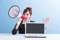 Kvinnatagandemikrofon som lyckligt ropar Arkivbild