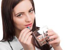 Kvinnatagandepreventivpiller arkivbilder