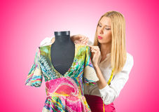 Kvinnatailor som fungerar på klänningen Fotografering för Bildbyråer
