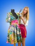Kvinnatailor som fungerar på klänningen Royaltyfri Bild