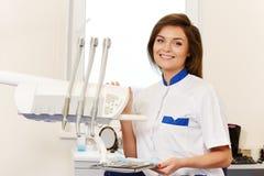 Kvinnatandläkare med tand- hjälpmedel Royaltyfri Foto